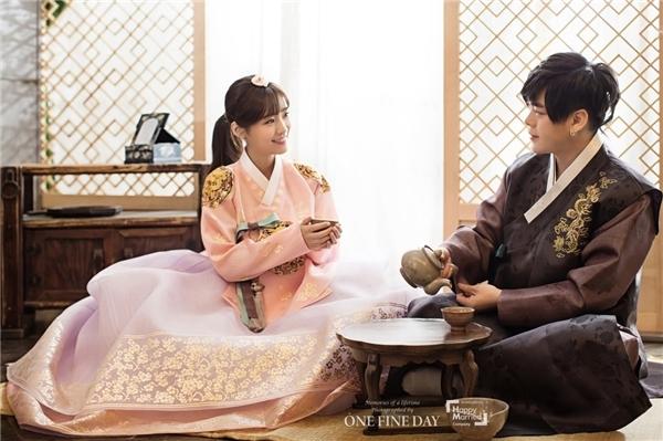 Đôi vợ chồng sắp cưới trông thật đáng yêu trong trang phục hanbok truyền thống của Hàn Quốc.