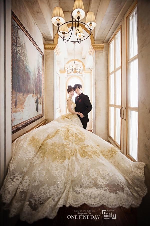 Nếu Moon Hee Jun đầy lịch lãm trong bộ vest cổ điển thì Soyul chẳng khác một nàng công chúa xinh đẹp bước ra từ truyện cổ tích với chiếc áo cưới lộng lẫy.