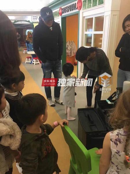 Vắng Dương Mịch, Lưu Khải Uy cùng bảo mẫu đưa con gái đi nhà trẻ