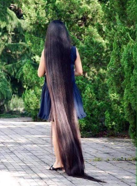Em để tóc rất có đầu tư nhưng dùng tóc làm... chổi quét đường như thế này thì tội cho em nó quá.