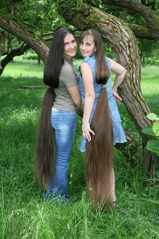 Không mặc đồ đôi hay đeo phụ kiện đôi, hai mẹ con mình cùng để tóc dài đôi vậy.