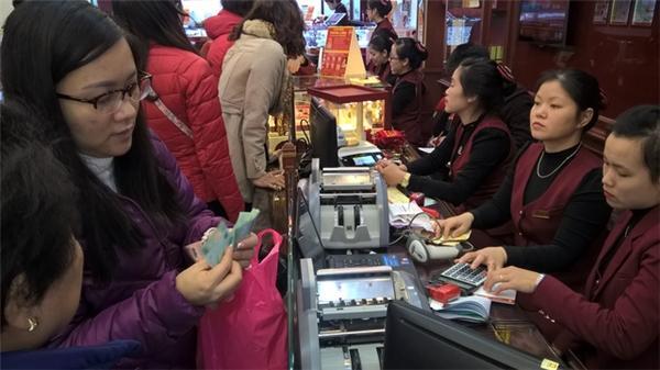 Người dân đổ xô đi mua vàng ngày vía Thần tài. (Ảnh: Internet)