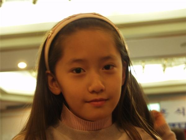 Từ nhỏ đôi mắt của cô bé đã long lanh sáng ngời và vì móm nên khuôn miệng lúc nào cũng chúm chím dễ thương vô cùng.