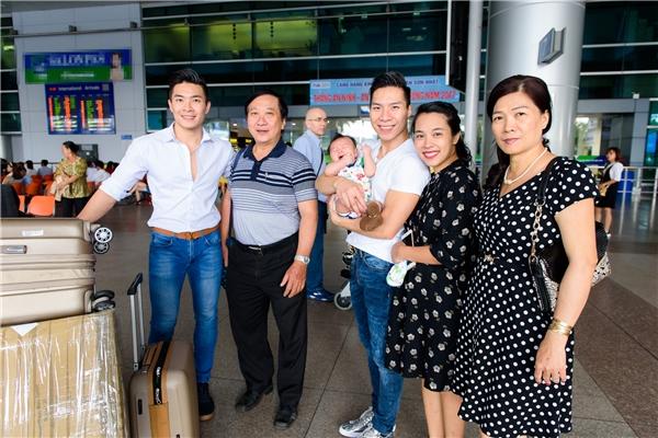 """Không chỉ có vợ con, bố mẹ Quốc Cơ - Quốc Nghiệp cũng ra tận sân bay đón họ. Đấng sinh thành của anh em """"Hoàng tử xiếc"""" luôn cảm thấy hạnh phúc và tự hào về hai con trai của mình. - Tin sao Viet - Tin tuc sao Viet - Scandal sao Viet - Tin tuc cua Sao - Tin cua Sao"""