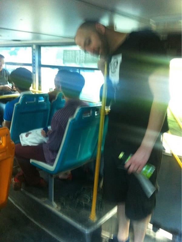 """Lên xe buýt là cuộc đời... """"lật ngang"""" ra luôn chứ chẳng có đủ chỗ để mà ngẩng cao đầu với thiên hạ nữa."""