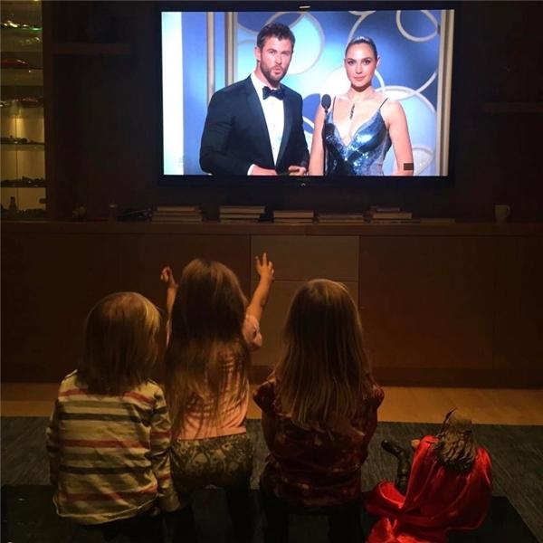 """Mỗi khi anh xuất hiện trên truyền hình là ở nhà luôn có các """"fan hâm mộ"""" nhí theo dõi."""