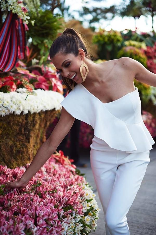 Người đẹp 24 tuổi rạng rỡ sau khi đăng quang tại Philippines với jumpsuit lệch vai, màu trắng tinh khôi, ngọt ngào.