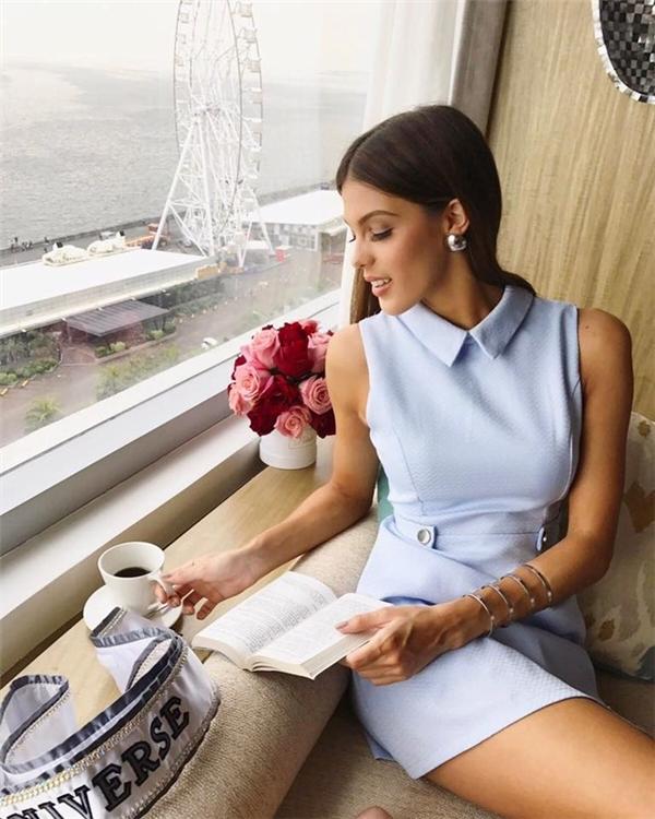 Hoa hậu Hoàn vũ 2016 trẻ trung với thiết kế màu xanh pastel ngọt ngào. Iris chọn phụ kiện ánh bạc làm điểm nhấn cho tổng thể.