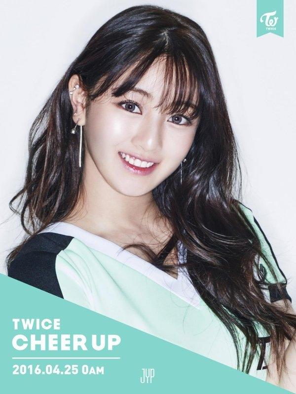 Ji Hyo hiện tại đang đảm nhận vai trò hát chính và là trưởng nhóm của TWICE.