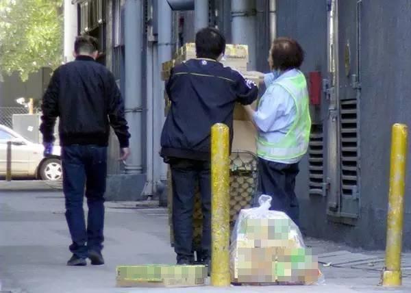 Choáng với cảnh người dân tấp nập đi hôi thực phẩm hết hạn ở bãi rác