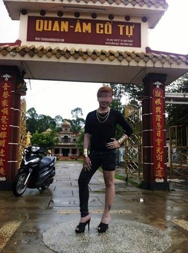 Chưa bàn đến tính thẩm mĩ, chỉ riêng việc chọn trang phục và vô tư tạo dáng trước cổng chùa đã khiến bức ảnh trở nên phản cảm.