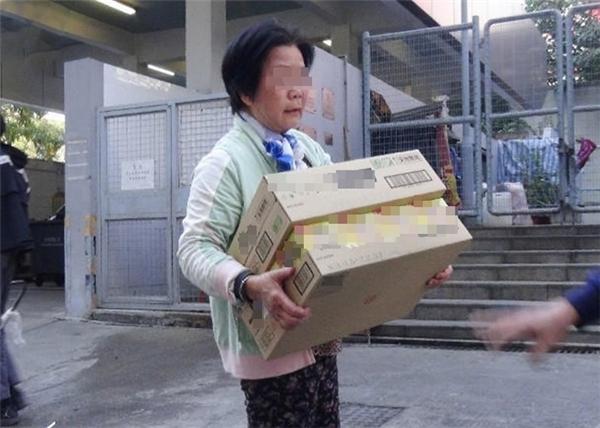 """Từ trẻ đến già đều hết sức hào hứng đến bãi rác """"hôi"""" thực phẩm đã hết hạn sử dụng."""