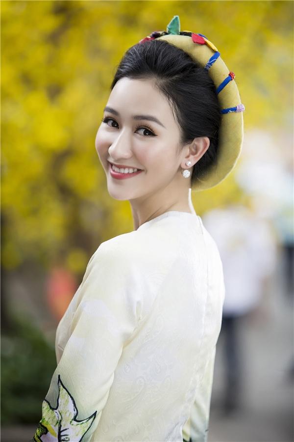 Á hậu Hà Thu diện áo dài nền nã đi xin chữ đầu năm