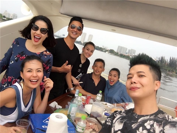 Trên trang cá nhân của mình, Hà Tăng thường xuyên chia sẻ hình ảnh đi chơi, tụ tập cùng bạn bè nhưng không chụp toàn thân. - Tin sao Viet - Tin tuc sao Viet - Scandal sao Viet - Tin tuc cua Sao - Tin cua Sao