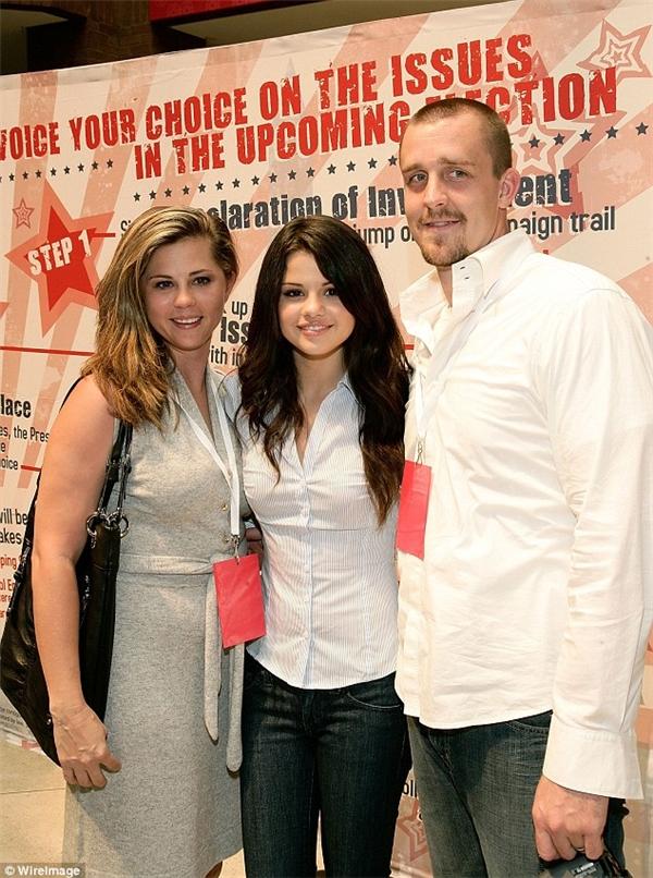 Nữ ca sĩ 24 tuổi chụp cùng mẹ và bố dượng Brian.