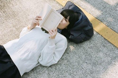 Người thông minhdành nhiều thời gian để đọc sách.(Ảnh minh họa - Nguồn: Internet)