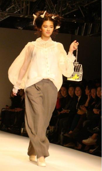 Jung Yeon luôn luôn tự tin sảibước khi xuất hiện trước công chúng. Nét mặt và ánh mắt cũng tràn đầy năng lượng.