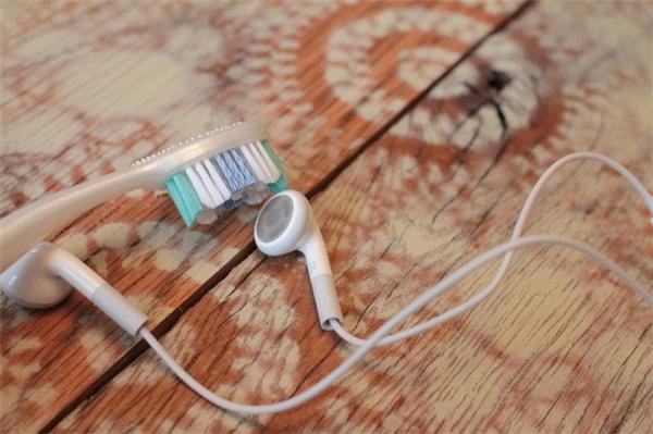 Tai nghe: Thay vì dùng một cây tăm xỉa răng kể cạy những vết bụi bẩn bám vào tấm lưới bao tai nghe, hãy dùng một chiếc bàn chải đánh răng. Trong khi chà bàn chải lên mặt lưới, nhớ úp mặt lưới xuống phía dưới để bụi không rơi vào phía bên trong tai nghe.