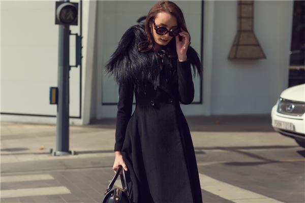 """Lấy phom từ áo măng tô truyền thống, bộ váy với dáng xòe kết hợp lưới mỏng manh bên trong trông vô cùng độc đáo bởi sự tương phản dày, mỏng của chất liệu. """"Nàng thơ"""" của Đỗ Mạnh Cường mang đến trải nghiệm hoàn toàn mớingày đầu năm với sắc đen tượng trưng cho sự quyền lực, mạnh mẽ. Giữa nhiều xu hướng màu sắc lên ngôi, tông đen vẫn giữ được sức hút mạnh mẽ khi dễ kết hợp các thành phần đi cùng."""