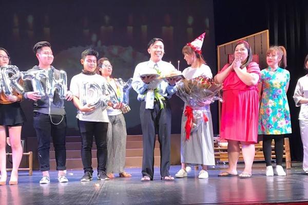 Không chỉ vậy, trên sân khấutối (5/2), Trấn Thành còn được Hari Won bất ngờ tặngbánh kem, hoa... để mừng sinh nhật. - Tin sao Viet - Tin tuc sao Viet - Scandal sao Viet - Tin tuc cua Sao - Tin cua Sao
