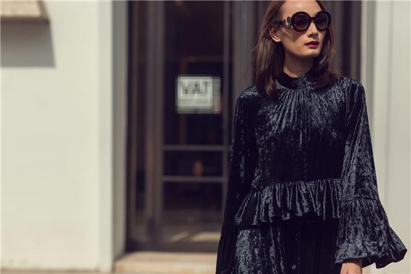 """Chất liệu nhung sẽ trở thành xu hướng """"hot"""" nhất mùa mốt năm nửa đầu năm 2017 này. Chiều cao """"khủng"""" của Lê Thúy được tôn lên triệt để nhờ thiết kế dáng dài cổ điển. Nữ người mẫu phải mang giày cao lên đến 30cm dù đang rảo bước trên đường phố."""