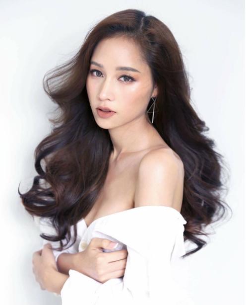 Blossom năm nay 26 tuổi, từng là Á hậu 1 Miss Tiffany's Universe 2013. Blossom sở hữu một thương hiệu thời trang riêng có tên là Say Nothing và góp mặt trong một series phim online đình đám.