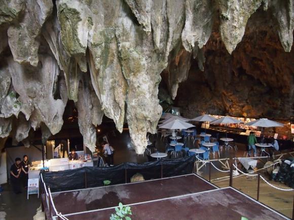 Cà phê hang động phục vụ đồ ăn và thức uống thơm ngon.