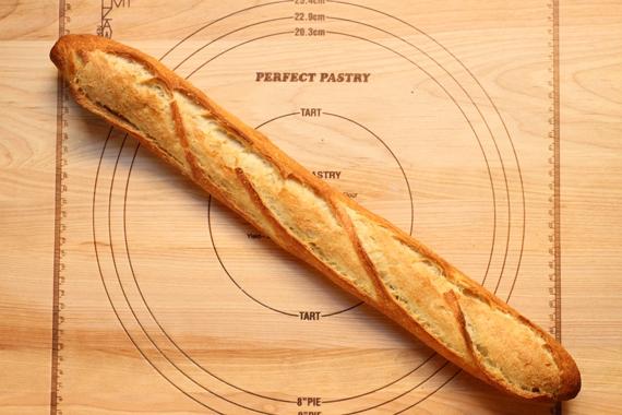 Pháp: 1 cái bánh mì baguette