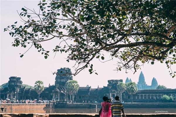 Toàn cảnh đền Angkor nhìn từ bên ngoài.
