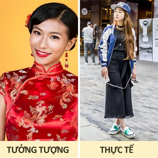 Trung Quốc: Phải công nhận nền thời trang của đất nước này thay đổi khá nhanh chóng. Chỉ cách đây không lâu, trên các con phố lớn ở Trung Quốc, người ta còn bắt gặp những thiếu nữ, những quý cô quý bà duyên dáng trong những tà áo sườn xám, thì hiện tại, phụ nữ ở xứ này đã trút bỏ hết những thứ gì gọi là truyền thống và trở nên ưa chuộng những xu hướng mới nhất, những bộ cánh đính kèm logo bắt mắt, những bộ trang sức óng ánh nổi bật.