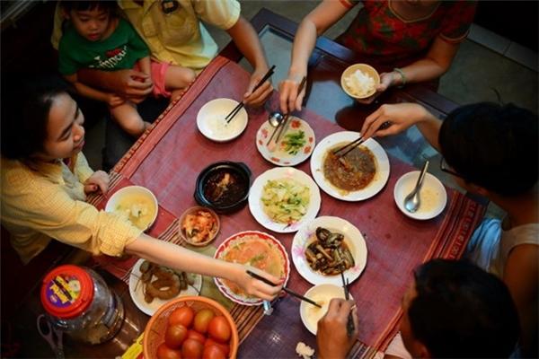 Nhiều khi trên bàn ăn có thể bày rất nhiều món ngon và hấp dẫn, nhưng nếu bạn chỉ ăn những gì mình thích mà không để cho người khác có cơ hội nếm chúng, thì đó thực sự là hành động mất lịch sự.