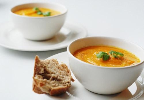 Thổi vào thìa súp hay bát súp được coi là một trong những hành động bất lịch sự nhất nhì trên bàn ăn. Thay vào đó, hãy để súp tự nguội và ăn từ từ từng thìa.