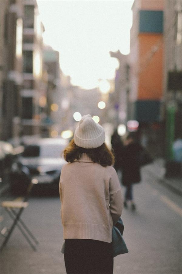 Cô gái chỉ nhìn thấy phía sau lưng nhưng các bạn trẻ cũng quyết tâm tìm cho ra.