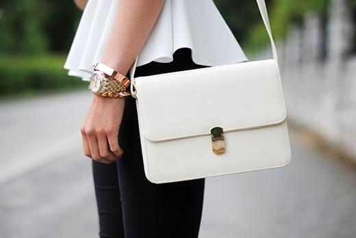Chiếc túi xách màu trắng có thể giúp người tuổi Tígặt hái tài lộc và may mắn trong năm mới.