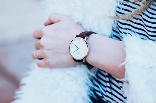 Không khó để tìm thấy những chiếc đồng hồ có phần quai da màu nâu sang trọng. Món đồ này được cả phái nam lẫn phái nữưa thích bởi sự lịch lãm, thời thượng và phát huy hiệu quả trong việc xây dựng hình ảnh.