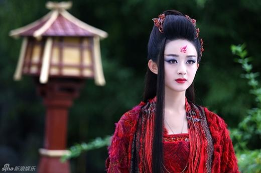 Ngoài ra, Triệu Lệ Dĩnh còn được khen ngợi là sở hữu nét đẹp cổ điển của phụ nữ châu Ákhi vào các vai diễn thời xưa. Hơn thế nữa, cô còn khiến người hâm mộ ngất ngây trước những tạo hình cổ trang phong phú của mình, dù là dịu dàng, sắc sảo hay ma mị, cô đều khiến người hâm mộ có cảm giác nhan sắc của cô sinh ra là để dành cho vai diễn ấy.