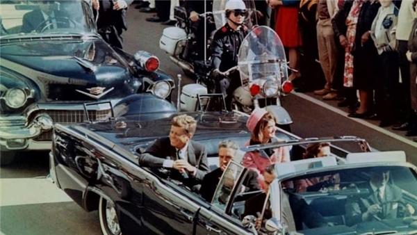 Những khoảnh khắc cuối cùng của Tổng thống Mỹ John F. Kennedy trước khi ông bị ám sát vào ngày 22/11/1963 ngay trên chiếc xe này.