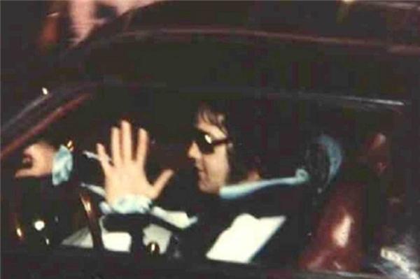 Ông vua nhạc Rock 'n' Roll Elvis Presley được paparazzi chụp tấm ảnh cuối cùng trong một buổi tối tháng 8 năm 1977 ở Memphis, Mississippi, chỉ vài giờ trước khi ông qua đời vì một cơn đau tim do 14 loại thuốc gây ra.