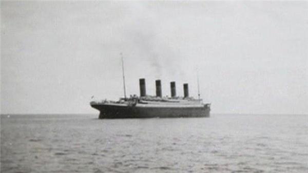 Tấm ảnh cuối cùng trên mặt nước của con tàu huyền thoại Titanic khi nó rời Queenstown, Ireland vào ngày 12/04/1912, ba ngày trước khi nó vĩnh viễn chìm xuống đáy đại dương.