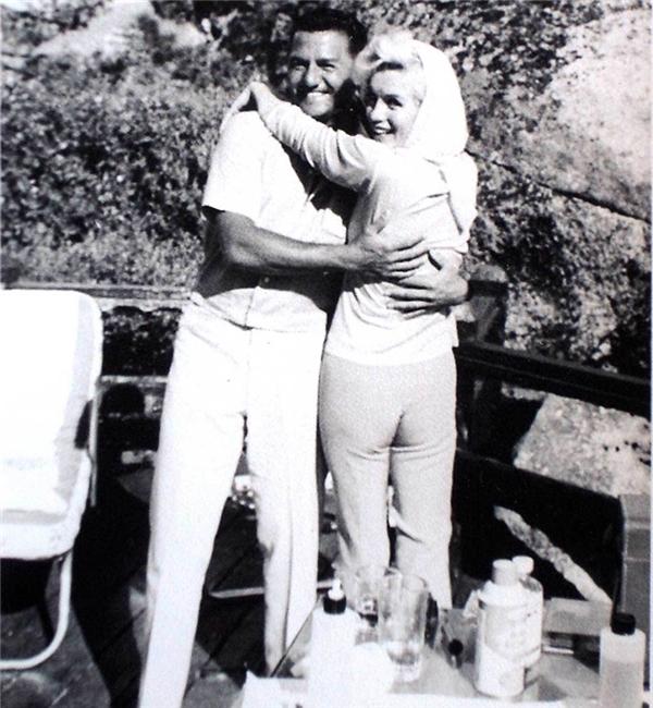Chỉ vài ngày sau khi tấm ảnh này được chụp vào năm 1962, Marilyn Monroe đột ngột qua đời vì uống thuốc tự sát. Cho đến nay, cái chết của bà vẫn còn là điều bí ẩn.