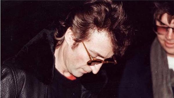 Đây có lẽ là tấm ảnh đáng sợ nhất, chụp cảnh huyền thoại John Lennon đang ký tặng lên bìa album Double Fantasy cho Mark David Chapman, người đàn ông ở bên phải tấm ảnh, kẻ đã ám sát ông chỉ 6 tiếng đồng hồ sau đó, vào một ngày tháng 12/1980.