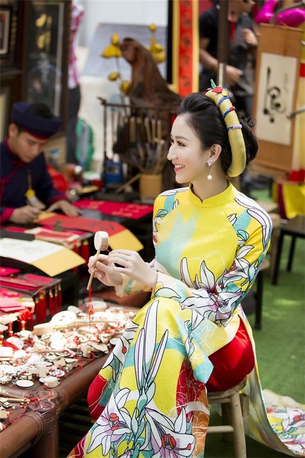 Cùng diện áo dài hoa rực rỡ, nếu như Thủy Tiên mang đến hình ảnh người phụ nữ hiện đại thì Á hậu Hà Thu lại chuộng phong cách cổ điển. Thay vào chiếc quần lụa trắng của đàn chị, Hà Thu lại kết hợp cùng sắc đỏ rực rỡ.