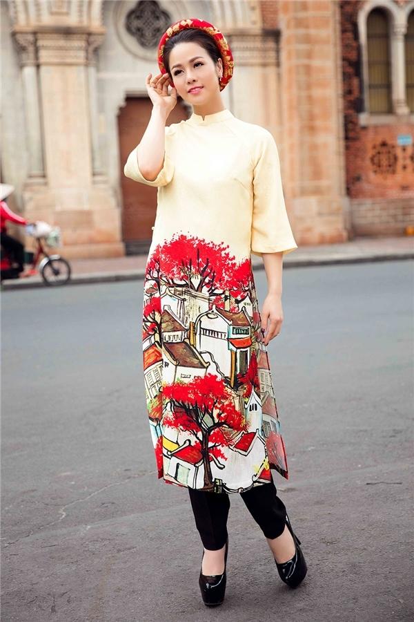 Nhìn vẻ ngoài của Ngọc Duyên, Nhật Kim Anh khó thể phân định được ai nổi bật hơn với tà áo dài màu vàng nhạt, họa tiết nhà cổ vui mắt.
