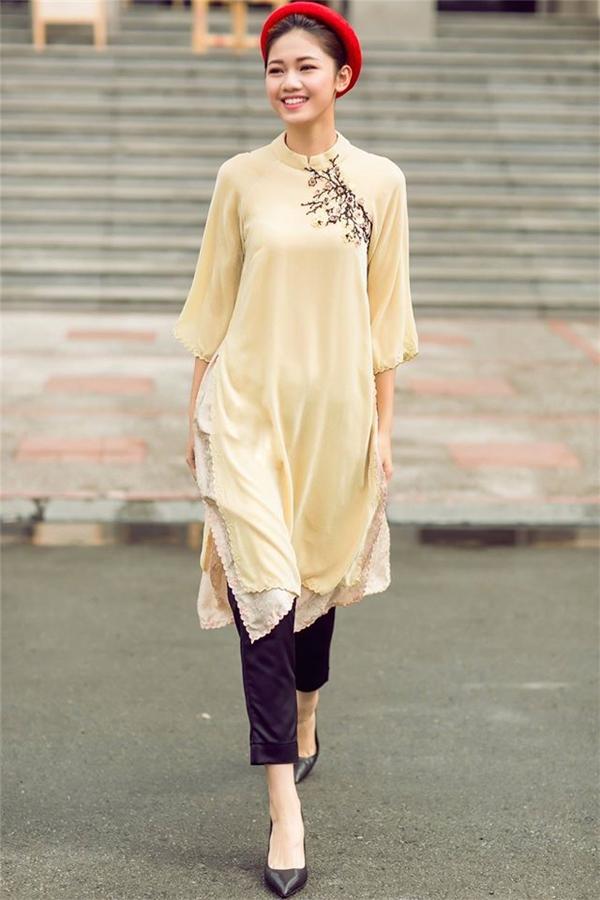 Bích Phương đẹp nao lòng với tông màu vàng pastel thì Á hậu Thanh Tú lại chọn cách làm mới trang phục khi kết hợp cùng sắc đỏ rực rỡ.