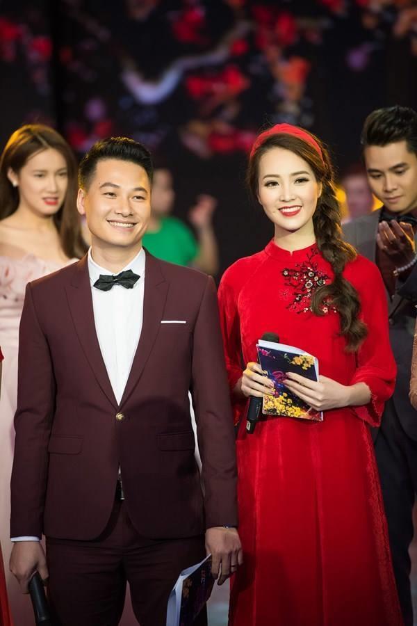 Diện lại áo dài của Đỗ Mỹ Linh, Á hậu Thụy Vân biến tấu bằng cách mang băng-đô đỏ thay vì chiếc mấn truyền thống.