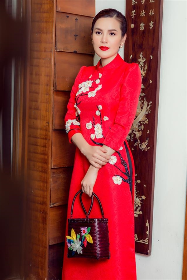 """Thủy Tiên và Á hậu Phương Lê """"đụng hàng"""" thiết kế màu đỏ rực rõ, họa tiết hoa đào mang đậm dư vị ngày Tết. Cả hai đều chọn sắc son đỏ để phù hợp với trang phục."""