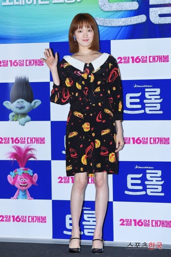 Lee Sung Kyung tái xuất với hình tượng nữ tính lạ mắt