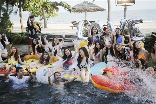 Với thể loại âm nhạc sôi động, đậm chất dã ngoại thì phần hình ảnh của MV cũng được thực hiện theo concept là một buổi party hồ bơi đầy hấp dẫn và màu sắc. - Tin sao Viet - Tin tuc sao Viet - Scandal sao Viet - Tin tuc cua Sao - Tin cua Sao