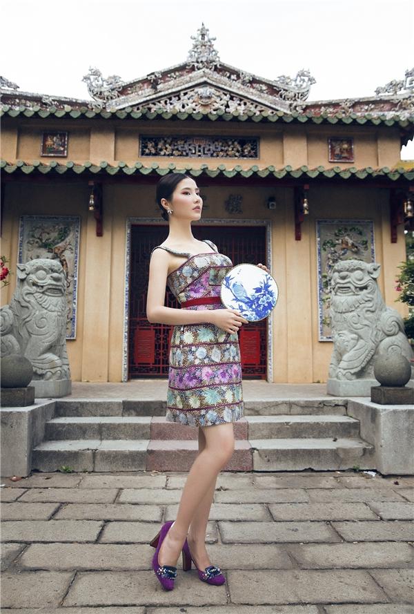 Đi kèm trang phục là giày mũi tròn, đế vuông cổ điển với chất liệu nhung đặc trưng.