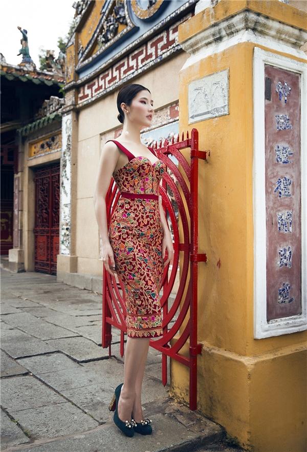 Với thiết kế màu đỏ rực rỡ, Diễm My lại áp dụng công thức tương phản khi chọn mang giày màu xanh ngọc sang trọng. Bộ váy được nhấn nhá bằng những mảng họa tiết cầu kì, phủ đầy mặt chất liệu nền.